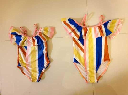 Krasne rovnake plavky idealne pre sestry