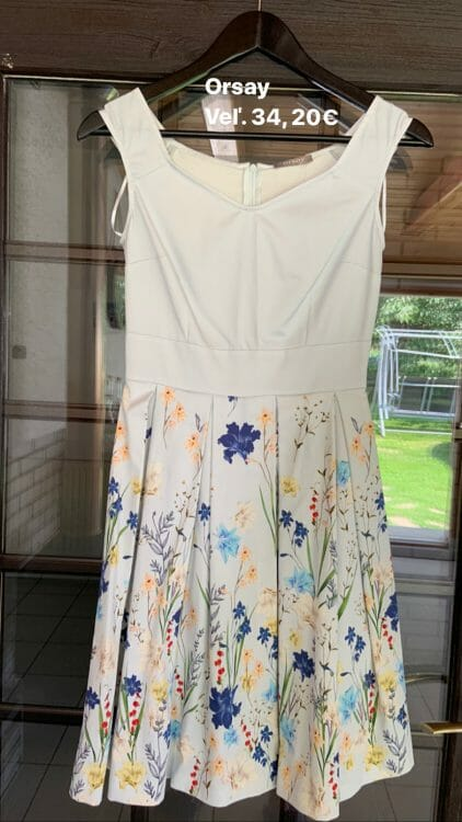 Bledomodré šaty s kvetmi