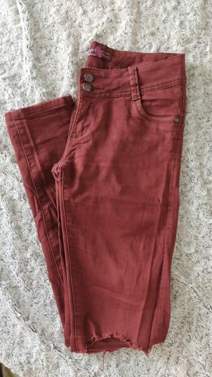 Bordové nohavice s roztrhanými kolenami
