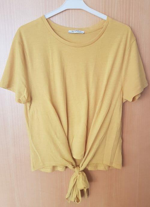 Žlté tričko so zaväzovaním na spodu