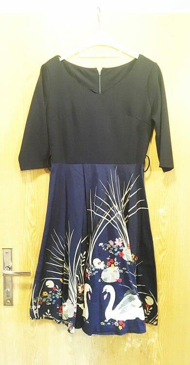 Šaty modré s labuťami
