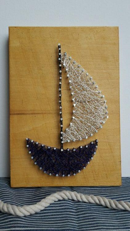 Plachetnica na jazere – drôtom vypletaný obraz