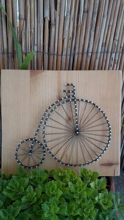 Historický bicykel – drôtom vypletaný obraz