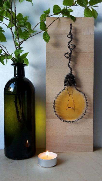 Žiarovka – drôtom vypletaný obraz
